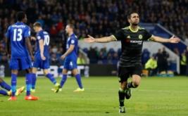 Cesc Fabregas (kanan) selebrasi usai mencetak gol ketiga Chelsea ke gawang Leicester City.