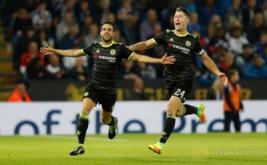 Cesc Fabregas (kiri) dan Gary Cahill merayakan gol ke gawang Leicester City.