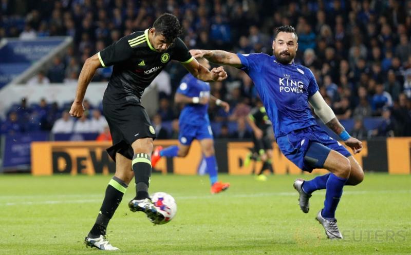 Marcin Wasilewski (kanan) berusaha mengawal Diego Costa saat menendang bola.