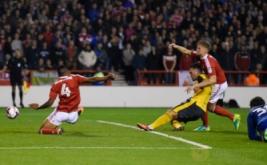 Lucas Perez (jersey kuning) mencetak gol ke gawang Nottingham Forest pada pertandingan Piala Liga, Rabu (21/9/2016) WIB.