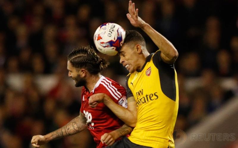 Gabriel Paulista (kanan) berebut bola dengan Henri Lansbury pada pertandingan Piala Liga, Rabu (21/9/2016) WIB. Pada laga ini, Arsenal mampu mempermalukan tuan rumah lewat skor 4-0.