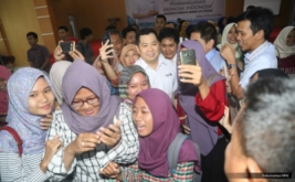 <p>  Mahasiswa berebut foto bareng dengan CEO MNC Grup Hary Tanoesoedibjo di Universitas Swadaya Gunung Jati, Cirebon, Jawa Barat, Kamis (22/9/2016).</p>