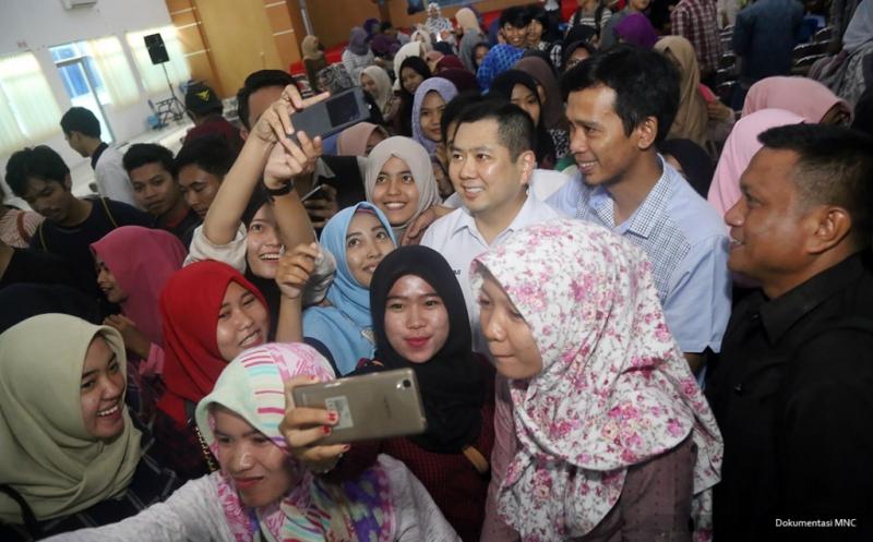Mahasiswa Universitas Swadaya Gunung Jati Cirebon Berebut Selfie dengan Hary Tanoe