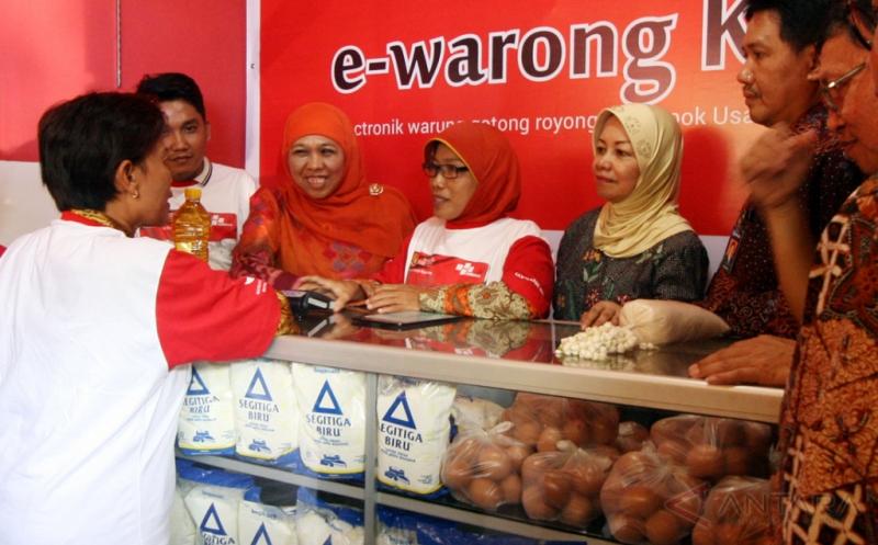 Mensos Tinjau Transaksi E-Warong di Kediri