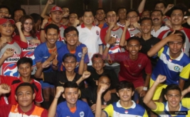 Ketua Umum Partai Perindo Hary Tanoesoedibjo berfoto bersama dengan para peserta saat pembukaan Liga Futsal Perindo 2016 di Tifosi Sport Centre, Jakarta Timur, Sabtu (24/9/2016). Gelaran yang memberi wadah untuk para pemain futsal muda di Indonesia kembali digelar oleh Partai Perindo. Dalam ajang yang dihelat untuk kedua kalinya ini, Liga Futsal Perindo 2016 diselenggarakan serentak di 34 provinsi di Indonesia, dan Kedatangan Hary Tanoe pun disambut dengan Kebudayaan Betawi.