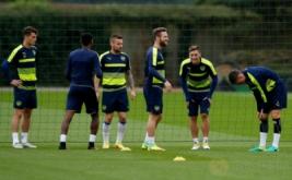 Mesut Ozil (dua kanan) bersama rekan-rekannya pada sesi latihan Arsenal menjelang laga Kualifikasi Grup A Liga Champions kontra Basel. Meski pekan kemarin meraih kemenangan 3-0 dari Chelsea di Liga Inggris 2016-2017, Arsenal tidak mau menganggap remeh Basel.