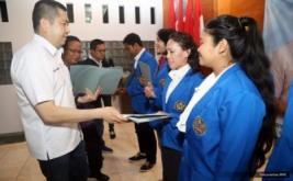 <p>  CEO MNC Group sekaligus Ketua Umum DPP Partai Perindo Hary Tanoesoedibjo menyerahkan dana pendidikan MNC Group kepada mahasiswa Universitas Tabanan (Untab) di Bali, Rabu (28/9/2016).</p>