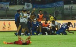 Pesepakbola Jabar meluapkan kegembiraan usai memenangkan pertandingan melawan Sulsel pada final Sepakbola PON XIX di Stadion Si Jalak Harupat, Kabupaten Bandung, Rabu (28/9/2016). Jabar menyabet medali emas setelah menang adu penalti dengan skor 6-4.