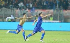 Pesepakbola Jawa Barat Sugianto (kiri) dan Febrry Haryadi (kanan) melakukan selebrasi usai mengalahkan tim Sulawesi Selatan pada final Sepakbola PON XIX di Stadion Si Jalak Harupat, Kabupaten Bandung, Rabu (28/9/2016). Jabar menyabet medali emas setelah menang adu penalti dengan skor 6-4.