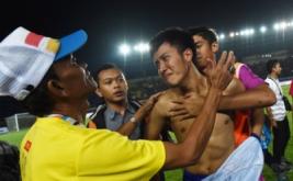 Pesepakbola Jabar bersama ofisial meluapkan kegembiraan usai memenangkan pertandingan melawan Sulsel pada final Sepakbola PON XIX di Stadion Si Jalak Harupat, Kabupaten Bandung, Rabu (28/9/2016). Jabar menyabet medali emas setelah menang adu penalti dengan skor 6-4.