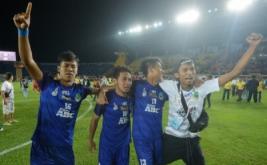 Pesepakbola Jawa Barat melakukan selebrasi usai mengalahkan tim Sulawesi Selatan dalam final Sepakbola PON XIX di Stadion Si Jalak Harupat, Kabupaten Bandung, Rabu (28/9/2016). Jabar menyabet medali emas setelah menang adu penalti dengan skor 6-4.