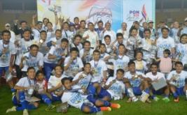 Pesepakbola Jawa Barat menunjukkan medali yang mereka peroleh usai mengalahkan tim Sulawesi Selatan dalam final Sepakbola PON XIX di Stadion Si Jalak Harupat, Kabupaten Bandung, Rabu (28/9/2016). Jabar menyabet medali emas setelah menang adu penalti dengan skor 6-4.
