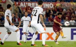 Mohamed Salah (kanan) melepaskan tendangan ke arah gawang Astra pada laga lanjutan Europa League, di Stadio Olimpico, Jumat (30/9/2016) dini hari WIB.