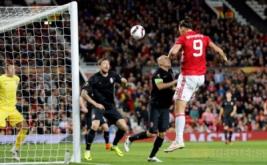 Zlatan Ibrahimovic (kanan) mencetak gol ke gawang Zorya Luhansk, pada matchday kedua babak penyisihan Grup A Europa League 2016-2017 di Old Trafford, Jumat (30/9/2016) dini hari WIB.