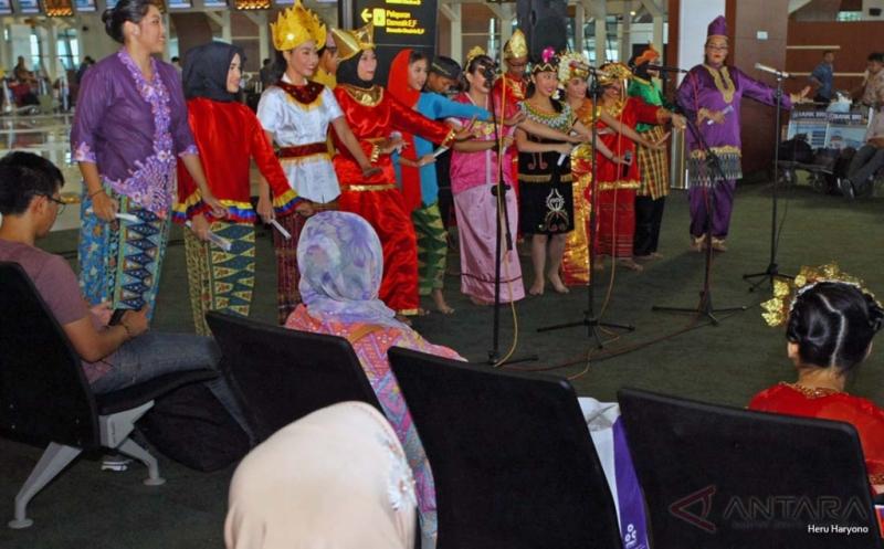 Paduan Suara Memakai Baju Adat, Hibur Penumpang di Hari Kesaktian Pancasila