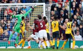 Kiper Arsenal Peter Cech (kiri) melakukan penyelamatan gemilang.