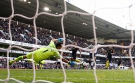 Dele Alli mencetak gol ke gawang Manchester City yang dikawal Claudio Bravo.