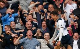 Dele Alli selebrasi usai mencetak gol ke gawang Manchester City yang dikawal Claudio Bravo.