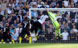 Kiper Manchester City Claudio Bravo (kanan) melakukan penyelamatan bola dari Victor Wanyama.