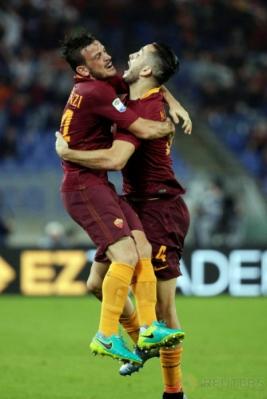 Kostas Manolas merayakan gol bersama Alessandro Florenzi.