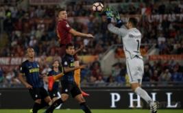 Kiper Inter Milan Samir Handanovic (kanan) melakukan penyelamatan bola dari sundulan Edin Dzeko.