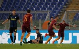 Edin Dzeko (dua kanan) selebrasi usai mencetak gol ke gawang Inter Milan.