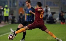 Diego Perotti (kiri) coba menghentikan pergerakan dari Cristian Ansaldi.