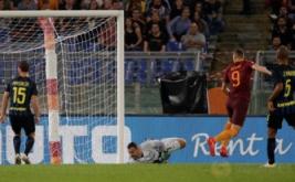 Edin Dzeko (dua kanan) mencetak gol ke gawang Inter Milan.
