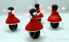<p>  Robot yang berjalan di atas sebuah bola bulat ini mampu menyeimbangkan dirinya sendiri dan membuat gerakan tersinkronisasi ala cheerleader.<br />  <br />  </p>