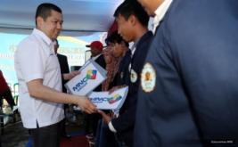 <p>  CEO MNC Group Hary Tanoesoedibjo menyerahkan dana pendidikan kepada mahasiswa usai memberikan kuliah umum di Sekolah Tinggi Ilmu Sosial dan Ilmu Politik (STISIP) Bina Putra Banjar.</p>