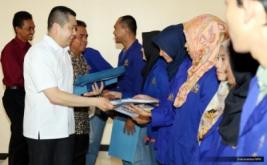 <p>  Sebanyak 10 mahasiswa Universitas Banten Jaya yang berprestasi menerima dana pendidikan MNC Group dari Hary Tanoe.<br />  </p>