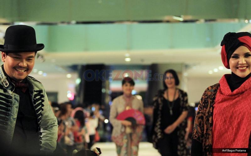 Selebriti Ramaikan Fashion Show Pasar Tiban Anne Avantie
