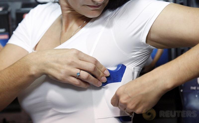 Model Ini Demonstrasikan Pakaian Khusus untuk Sembunyikan Senjata Api