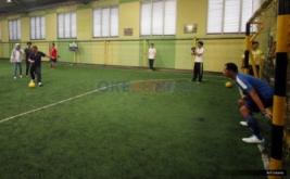Presiden Direktur MNC Bank, Benny Purnomo resmi membuka laga futsal dengan menendang bola dalam perayaan ulang tahun kedua MNC Bank di Planet Futsal, Kenari, Jakarta, Sabtu (8/10/2016). Acara tersebut diperuntukkan kepada seluruh karyawan MNC Bank sebagai wujud apresiasi, usaha, dan kerja keras mereka membangun MNC Bank selama dua tahun.