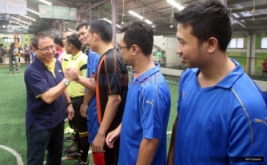 Presiden Direktur MNC Bank, Benny Purnomo salam komando dengan peserta futsal dalam perayaan ulang tahun kedua MNC Bank di Planet Futsal, Kenari, Jakarta, Sabtu (8/10/2016). Acara tersebut diperuntukkan kepada seluruh karyawan MNC Bank sebagai wujud apresiasi, usaha, dan kerja keras mereka membangun MNC Bank selama dua tahun.