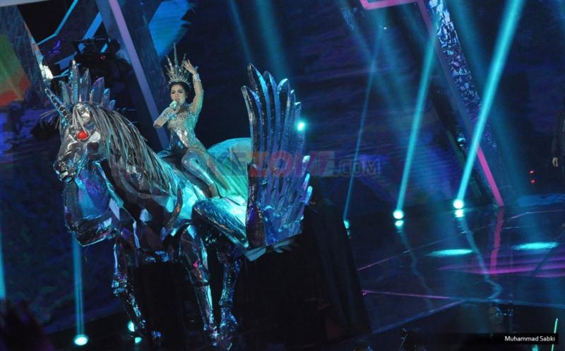 Cover Lagu Katy Perry, Syahrini Tampil Menawan Tunggangi Kuda Pegasus