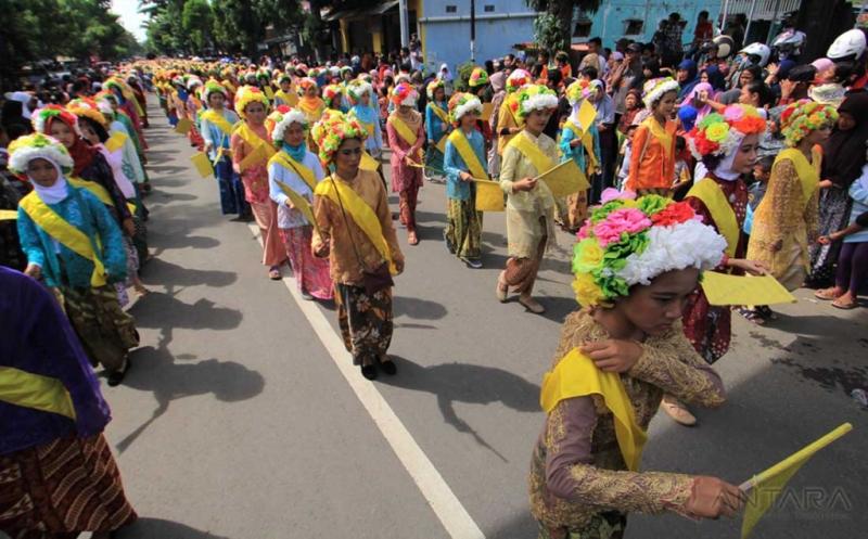 Tarik Wisatawan, Kabupaten Indramayu Gelar Karnaval Eksotik Gadis Ngarot