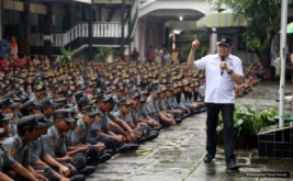 <p>  Di bawah guyuran hujan, Ketua Umum Partai Perindo Hary Tanoesoedibjo berbagai pengalaman menjadi pengusaha sukses kepada 1.500 siswa-siswi SMK PN 2 Purworejo.</p>