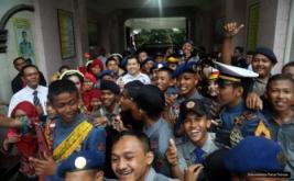 <p>  Ketua Umum Partai Perindo Hary Tanoesoedibjo foto bersama siswa-siswi SMK PN 2 Purworejo usai berbagai pengalaman menjadi pengusaha sukses di SMK PN 2 Purworejo, Minggu (9/10/2016).</p>