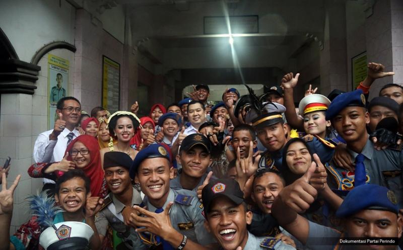 Keceriaan Siswa SMK PN 2 Purworejo saat Foto Bersama Hary Tanoe
