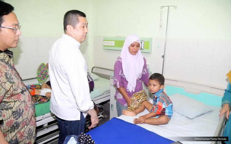 Kunjungi RS PKU Muhammadiyah Gombong, Hary Tanoe Belai Balita Penderita Hernia