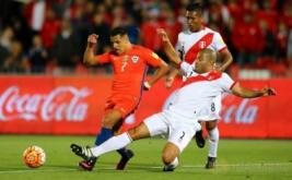 Alexis Sanchez (kiri) dikawal dua pemain Peru, Alberto Rodriguez dan Pedro Aquino.