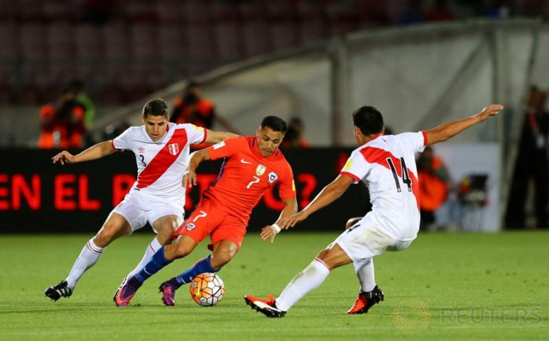 Alexis Sanchez (tengah) dikawal dua pemain Peru, Aldo Corzo (kiri) dan Irven Avila.