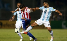 Oscar Romero (tengah) dikawal dua pemain Argentina, Sergio Aguero (kanan) dan Gabriel Mercado.
