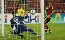 Willian (kiri atas) mencetak gol ke gawang Venezuela yang dikawal kiper Daniel Hernandez pada Kualifikasi Piala Dunia 2018 Zona Conmebol, Rabu (12/10/2016).