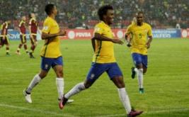 Willian (tengah) selebrasi usai mencetak gol ke gawang Venezuela pada Kualifikasi Piala Dunia 2018 Zona Conmebol, Rabu (12/10/2016).