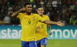 Gabriel Jesus (depan) selebrasi usai mencetak gol ke gawang Venezuela pada Kualifikasi Piala Dunia 2018 Zona Conmebol, Rabu (12/10/2016).