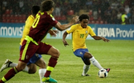 Willian (kanan) saat mengontrol bola pada Kualifikasi Piala Dunia 2018 Zona Conmebol, Rabu (12/10/2016).