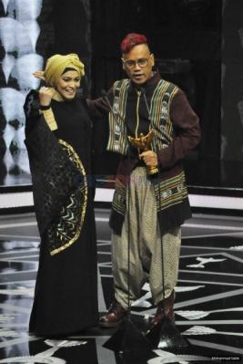 Uya Kuya Sabet Dua Piala Panasonic Gobel Awards 2016