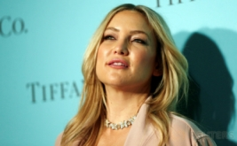 Pilih Busana Sesuai Warna Kulit, Kate Hudson Makin Terlihat Cantik